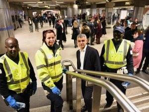 Il sindaco di Londra, Sadiq Khan (al centro) con alcuni addetti alle pulizie in una stazione di Londra
