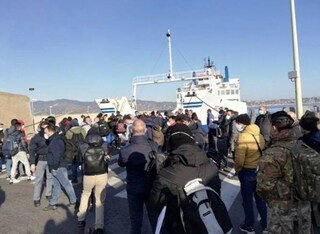 Coronavirus, stop ai trasporti per la Sicilia: a Messina ressa e pendolari stipati su traghetti