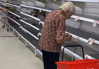 Guarda gli scaffali vuoti, poi piange: l'anziana al supermercato nei giorni del Coronavirus