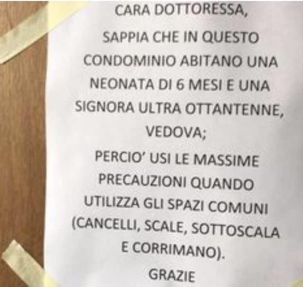 Il testo del cartello appeso all'entrata del palazzo