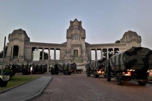 L'arrivo dell'esercito al Cimitero Monumentale di Bergamo (Fanpage.it).
