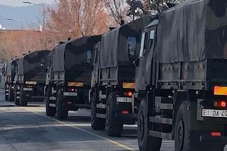 Ennesima giornata di lutto a Bergamo: i camion dell'esercito portano via altre 74 bare