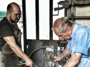 Claudio Bertucci e il padre Alfredo nel loro laboratorio di lavorazione del ferro battuto: sono morti per Coronavirus come la madre Angela e l'altro figlio, Daniele (Foto: Facebook)