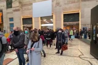 """Coronavirus Milano, coda e proteste ai gate in stazione: """"Siamo tutti attaccati a pochi centimetri"""""""