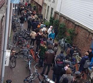 Coronavirus, chiudono i coffee shop: in Olanda lunghe code per fare scorta di cannabis