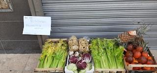 """Coronavirus, Il fruttivendolo di Bari regala verdura e taralli: """"Se hai bisogno prendi"""""""
