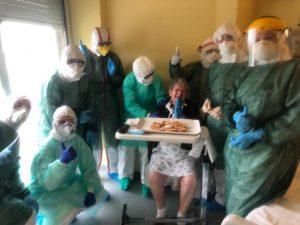Giuseppina festeggia 81 anni in ospedale nel giorno in cui guarisce dal coronavirus
