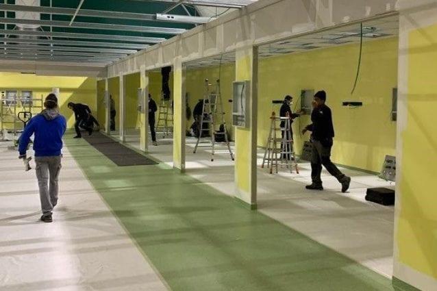 Operai al lavoro al San Raffaele per la costruzione della nuova terapia intensiva