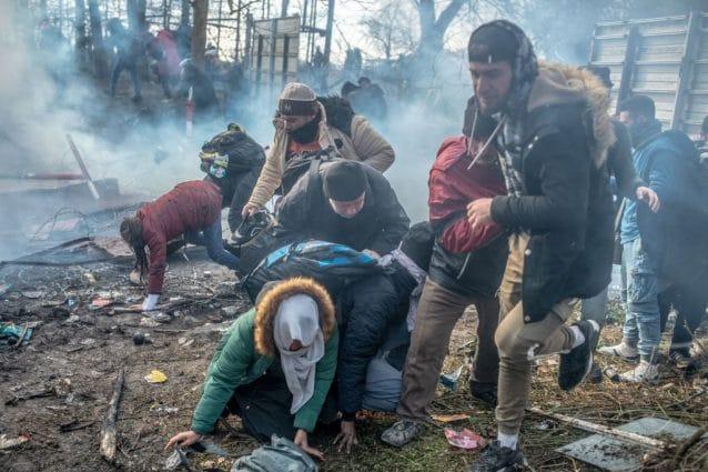 Al confine tra Turchia e Grecia gli agenti ellenici hanno usato gas lacrimogeni contro i profughi (Gettyimages)
