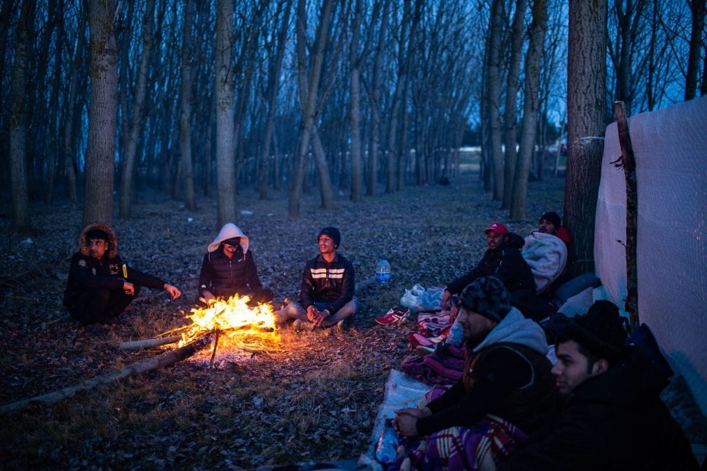 Migranti si riscaldano vicino al confine tra Turchia e Grecia (Gettyimages)