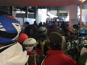 Gente in coda ai Piani di Bobbio nella giornata di venerdì (Foto: Nonsoloneve Ski now su Facebook)