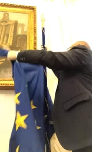 """Deputato di FdI toglie la bandiera Ue dal suo ufficio. Meloni: """"Condivido, dovremmo farlo tutti"""""""