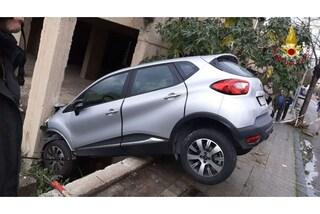 Reggio Calabria, auto esce di strada e vola dentro una casa: due persone restano incastrate
