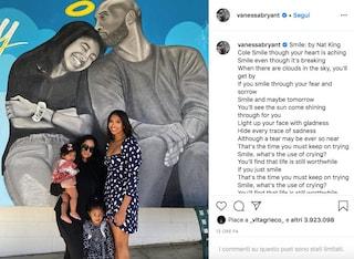 Kobe Bryant, la moglie Vanessa e le figlie davanti ad uno dei murales dedicati alla stella NBA