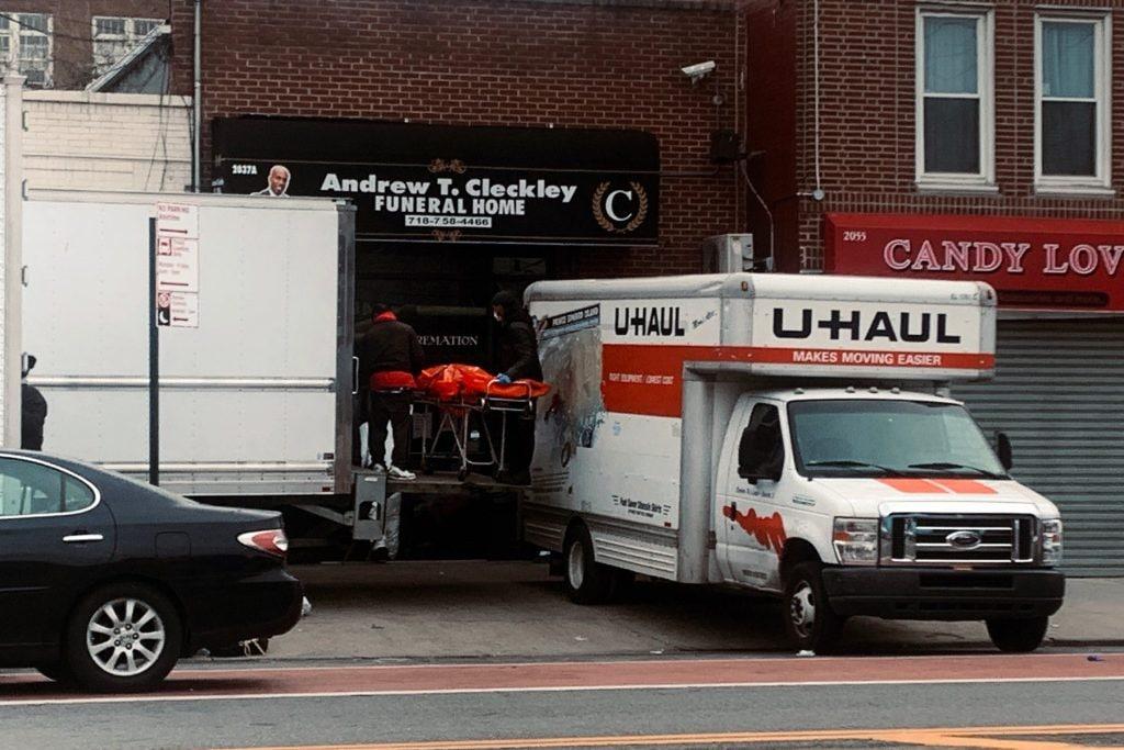 Coronavirus: orrore a New York, decine di cadaveri stipati in camion