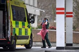 """Nel Regno Unito torna l'ipotesi immunità di gregge: """"Contagiare le persone in maniera controllata"""""""