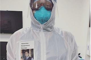 Robertino, il medico che per farsi riconoscere dai pazienti ha messo una foto sulla tuta anti-Covid