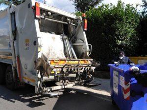 Tragedia sfiorata a Ventimiglia: migrante dorme in un cassonetto finisce nel camion della spazzatura