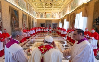 La crisi colpisce anche il Vaticano, Papa Francesco taglia lo stipendio a cardinali e religiosi