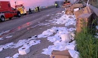 Usa, paura in autostrada: tir si ribalta, carico di carta igienica si rovescia sull'asfalto
