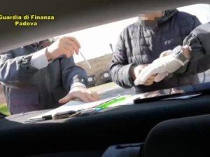 Padova, si finge cieco, ma va in giro in bici e col cane: sequestrati 350mila euro a falso invalido