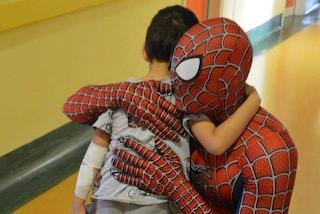 """Mattia è Spiderman per i bambini malati: """"Aiuto i più piccoli a non pensare al coronavirus"""""""