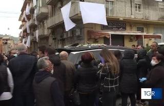 Troppe persone al funerale di Lorena Quaranta: La Procura apre un'inchiesta