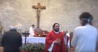 """Perugia, messa e comunione ai fedeli in chiesa, bufera sul parroco: """"Noi autorizzati"""""""