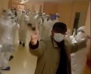 Bari, guarisce il primo paziente Covid: emozione e applausi dei medici mentre lascia l'ospedale