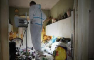 Palermo, donna positiva abbandonata in casa sommersa dai rifiuti: salvata dai pompieri