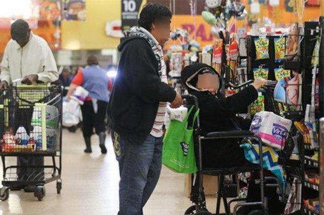"""Al supermercato con la moglie: """"È disabile"""", multa di 900 euro per entrambi e il marito ha un malore"""