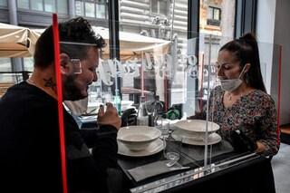 Prenotazione obbligatoria e clienti a distanza: le regole di ristoranti e parrucchieri per riaprire
