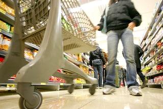 Prato, al supermercato senza rispettare le distanze di sicurezza: multati clienti e titolare