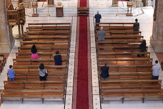 Il nuovo segno di pace durante la messa deciso dalla Cei