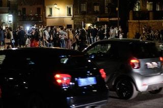 Movida serale e spiagge affollate, il primo weekend dopo la riapertura: sindaci chiudono le piazze