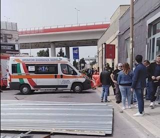 Bari, pezzi di lamiera precipitano in strada: donna colpita e uccisa, il padre sotto choc