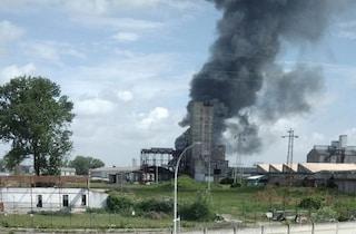 """Venezia, incendio in azienda chimica, enorme nube di fumo e 2 feriti: """"Chiudetevi in casa"""""""