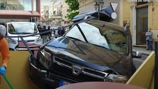 Sanremo, dimentica il freno a mano e col fuoristrada distrugge dehor di un locale: danni ingenti