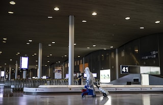 Le nuove regole per volare in Europa: in aereo e in aeroporto si dovrà indossare la mascherina