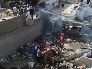 Il disastro aereo in Pakistan: 97 morti, si salvano in due. Ecco cosa è accaduto
