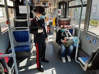 Aosta, donna senza mascherina sputa all'autista del bus: poi picchia un agente