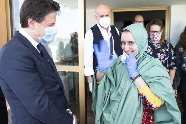 Silvia Romano al suo arrivo in Italia con Giuseppe Conte