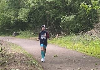 A 10 anni corre per 250 chilometri in un mese per raccogliere fondi per la lotta al Coronavirus