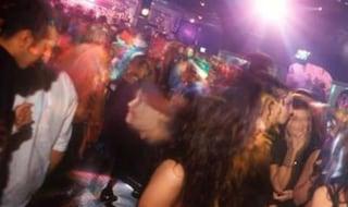 Folla, assembramenti e niente mascherine: chiusa la discoteca Byblos di Misano Adriatico