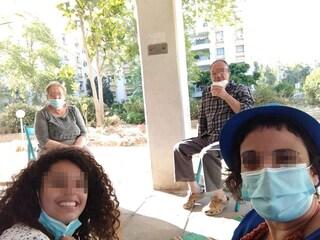 Baci e abbracci vietati, lavare le mani e finestre aperte: le regole di Israele per vedere i nonni