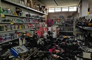 Lecce, entrano di notte nel supermercato e lo incendiano: tre ricercati