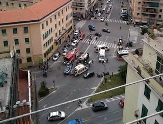 Genova, ambulanza si ribalta dopo lo scontro con un'auto: morta la donna che era a bordo