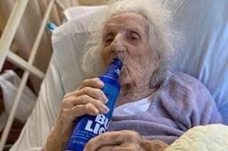 Nonnina di 103 anni guarisce dal coronavirus e festeggia con una birra ghiacciata