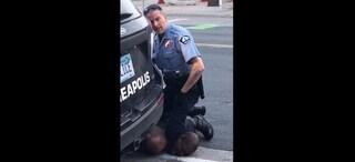 """USA, """"Lasciatemi, non respiro"""": afroamericano muore soffocato durante fermo, licenziati i 4 agenti"""