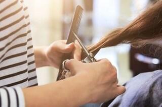 Parrucchiera va al lavoro con sintomi ed è positiva al covid-19: cento persone a rischio in Usa
